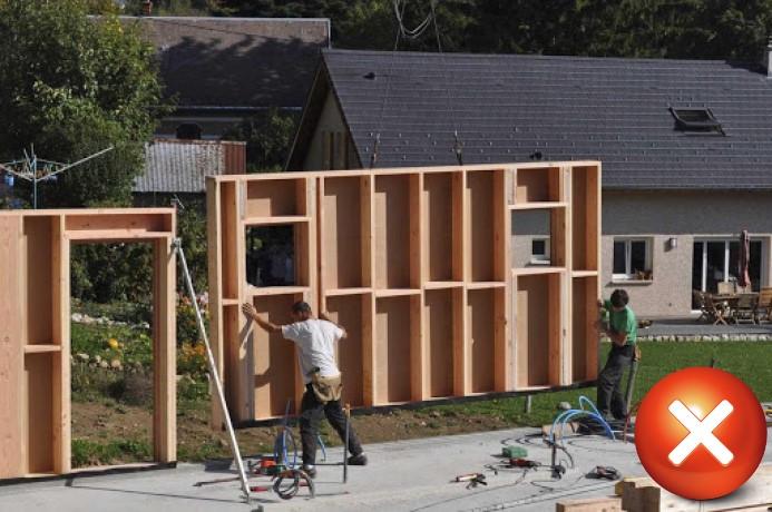 Construction sur site, exposant la construction dans un environnement incontrôlé