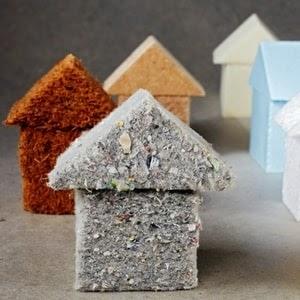 Représentation de maisons fabriquées à partir de matériaux recyclés
